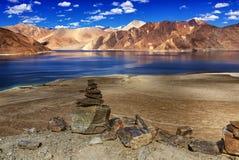 Roches, pierres, montagnes, TSO de Pangong (lac), Leh, Ladakh, Jammu-et-Cachemire, Inde photos stock