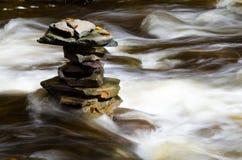Roches plates empilées dans un fleuve Photo libre de droits
