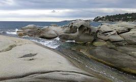 Roches près d'une plage espagnole photo libre de droits