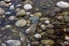 Roches rondes et molles sèches de fleuve Photo stock