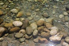 Roches rondes et molles sèches de fleuve Photographie stock