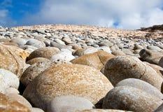 Roches rondes sur la plage Image stock