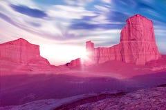 Roches roses dans le désert contre un beau ciel bleu avec des nuages Concept étranger de planète Désert iranien images stock