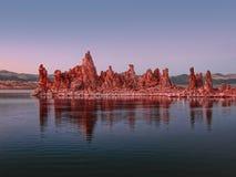 Roches rougeoyantes au coucher du soleil coloré sur le lac mono dans les sierras orientales photographie stock libre de droits