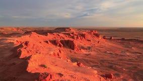 Roches rouges dans le désert au coucher du soleil L'Arizona, Etats-Unis banque de vidéos