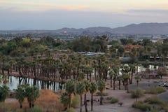 Roches rouges de grès avec la lagune et de palmiers au parc de Papago photographie stock
