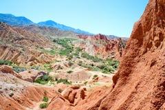 Roches rouges scéniques dans les montagnes du Kirghizistan Images stock
