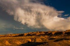 Roches rouges sous le ciel bleu dans le canyon Skazka, Kirghizistan image stock