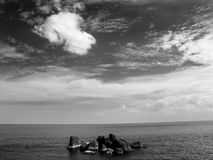 Roches se levant de l'océan Photo stock