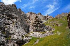 Roches sous le ciel bleu avec des nuages près à Kelsu Photo stock