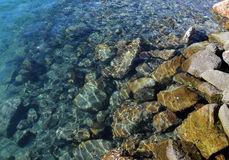Roches submergeant dans l'océan Image libre de droits