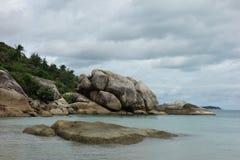 Roches sur Crystal Bay Beach, Koh Samui, Thaïlande Photographie stock libre de droits