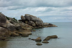 Roches sur Crystal Bay Beach, Koh Samui, Thaïlande Photo libre de droits