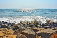 Roches sur des rivages image libre de droits