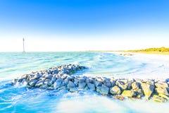 Roches sur l'océan a Images libres de droits