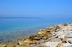 Roches sur la côte de la mer ionienne Photos stock