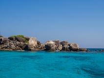 Roches sur la mer de turquoise Images stock