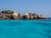 Roches sur la mer de turquoise Image libre de droits