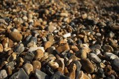 Roches sur la plage à côté du pilier de Brighton photo libre de droits