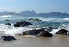 Roches sur la plage Images stock
