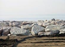 Roches sur la plage Images libres de droits