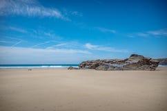 Roches sur la plage de Bedruthan les Cornouailles image stock