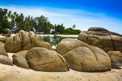 Roches sur la plage tropicale Images libres de droits