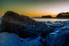 Roches sur le bord de mer dans les terriers de Dawlish, R-U photo stock