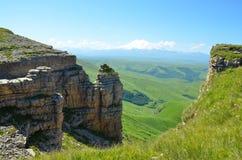 Roches sur le fond de la montagne Images stock