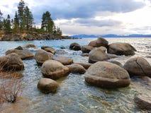 Roches sur le lac Photographie stock libre de droits