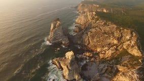 Roches sur le rivage de la vue aérienne d'océan banque de vidéos