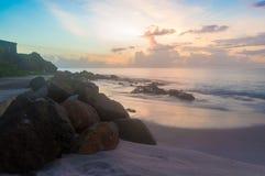 Roches sur le sable au coucher du soleil Photographie stock