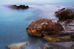 Roches sur un bord de la mer Photo stock