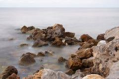 Roches sur un bord de la mer Image stock