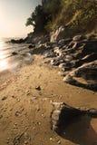 Roches sur un rivage de plage Photographie stock libre de droits
