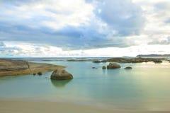 Roches sur une plage Photo stock