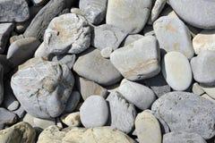 Roches sur une plage photo libre de droits