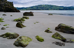 Roches sur une plage Images libres de droits