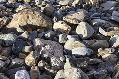 Roches sur une plage Photos libres de droits