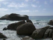 Roches sur une plage Image libre de droits