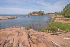 Roches usées de granit sur une région sauvage au bord du lac images stock