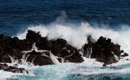 Roches volcaniques dans l'Océan Atlantique Photographie stock libre de droits