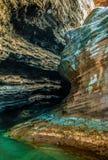 Roches volcaniques majestueuses sur une plage photographie stock