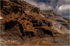Roches volcaniques majestueuses sur une plage photo libre de droits