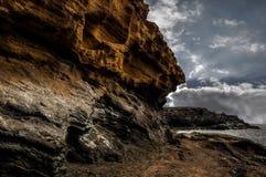 Roches volcaniques majestueuses sur une plage photos stock
