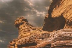 Roches volcaniques majestueuses sur une plage ressemblant au sphinx égyptien photo libre de droits