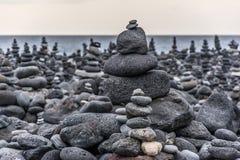 Roches volcaniques placées dans le mode de pyramide, pour le plaisir et la relaxation Cet endroit unique est situé dans le port d photo libre de droits