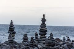 Roches volcaniques placées dans le mode de pyramide, pour le plaisir et la relaxation Cet endroit unique est situé dans le port d photos libres de droits