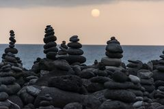 Roches volcaniques placées dans le mode de pyramide, pour le plaisir et la relaxation Cet endroit unique est situé dans le port d images stock