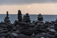 Roches volcaniques placées dans le mode de pyramide, pour le plaisir et la relaxation Cet endroit unique est situé dans le port d images libres de droits